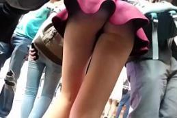 Filmando garota novinha andando sem calcinha em publico