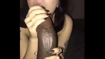 Garota fazendo sexo ora pela primeira vez no pau gigante