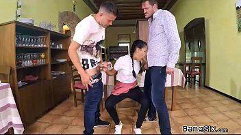 Garota novinha de calcinha fazendo sexo oral em 2 homens