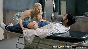 Medico metendo com força na buceta da enfermeira puta