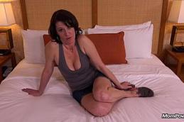 Morena tatuada sentando no pau gemendo gostoso safada com bunda grande peitos duros e boceta apertada toda molhada.