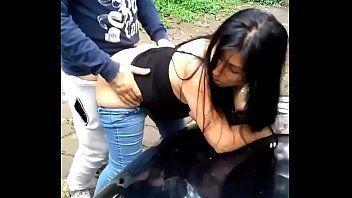 Mulher dando a buceta gostosa em publico