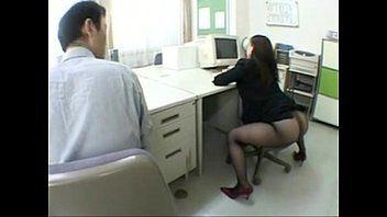 Mulher nua no escritorio fazendo sexo com patrão