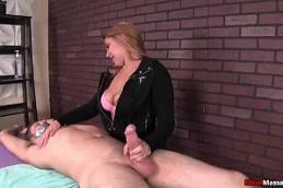 Sexo quente tv com uma ruivinha safada e massagista pegando no pau grande com tudo