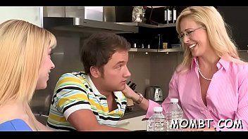 Vizinho novo comendo a buceta da mãe e filha taradinhas