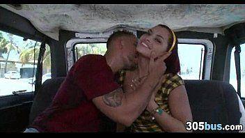 Abusando da mulher gostosa dentro do carro