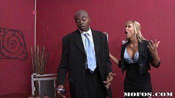 Secretária dando a buceta molhada para seu patrão pauzudo